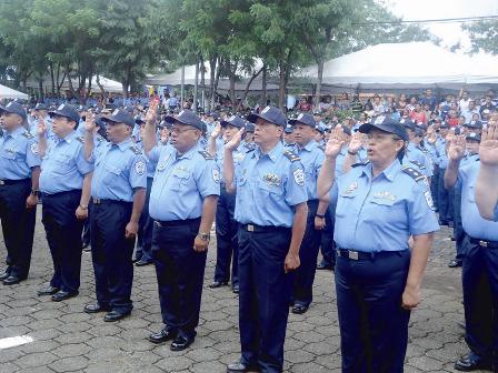 La jefa policial juramentó al bloque de policías ascendidos.